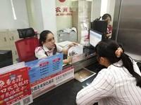 海口农商银行柜面人员向杜女士讲解取消企业银行账户许可相关知识