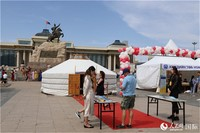 5月23日,蒙古国首都乌兰巴托苏赫巴托广场第25届图书节现场。记者霍文摄