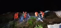 6月18日,在长宁县双河镇,救援人员搜救地震中被困人员。新华社发(陈锐 摄)