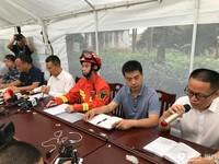 宜宾长宁县双河镇镇政府抗震官员在临时搭建的帐篷里举行抗震救灾发布会。人民网记者 朱红/摄