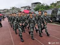 武警官兵赶赴震中 。人民网记者 王洪江/摄