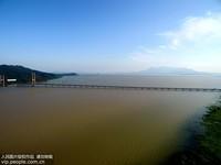 图为航拍镜头下,横跨在水面上的鄱阳湖大桥。