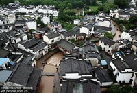 6月19日,暴雨过后,千年古村唐模水位上涨。