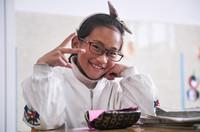 6月18日,戴上眼镜的扎西旺姆在若尔盖县民族寄宿制小学的教室里。