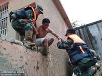6月25日,武警官兵转移受灾群众。