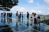 暑假伊始,游客畅游三亚亚龙湾热带天堂森林旅游区的情景。(黄庆优摄)