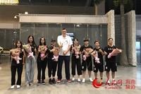 海南省篮球协会秘书长刘俊山在机场迎接海大女篮队员 并与球员们亲切合影