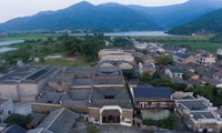俯瞰安义县古村落罗田村一角(8月8日无人机拍摄)。