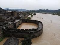 这是被洪水围困的浙江临海古城(8月10日无人机拍摄)。