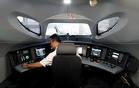 8月13日,高速综合检测列车驾驶员在做发车前的准备工作。