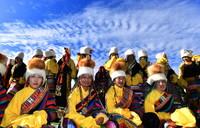 """在西藏那曲市赛马节上拍摄的戴""""天线帽""""的西藏安多妇女(8月10日摄)。"""