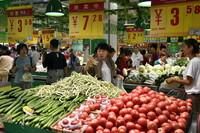 8月13日,在寿光市全福元超市,市民在选购蔬菜。
