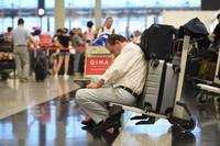 8月13日,游客在机场滯留。新华社记者 吕小炜摄