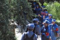 """游客在六盘山脚下的""""红军小道"""",体验红军出发时群众(景区工作人员扮演)与红军依依惜别的情景(8月12日摄)。"""