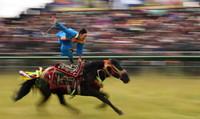 8月13日,骑手在赛马节开幕式上表演。
