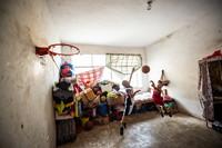 8月6日,王阳(左)和弟弟王鸿在出租屋内打篮球。新华社记者 陶亮 摄