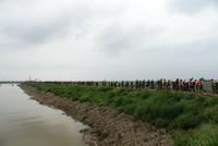 8月14日,抢险救援人员在寿光市清水泊农场三分场弥河分流西坝决口现场运送抢险物资。