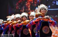 """8月14日,在广西龙胜各族自治县伟江乡,苗族同胞在""""跳香节""""上表演节目。"""