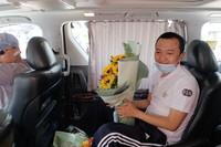 8月14日,在香港玛嘉烈医院,28岁的《环球时报》记者付国豪(右)坐车离开医院。