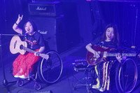 8月14日,8772乐队成员崔莹(左)和程利婷在演唱会上表演。