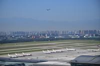 8月15日,一架飞机从西安咸阳国际机场起飞离港。