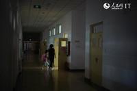 王立娜 带女儿进教室