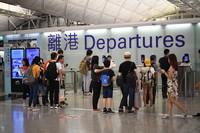 8月15日,旅客在香港国际机场。