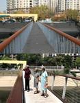 """这是一张拼版照片:上图为""""连心桥""""修整之前的状况(2018年11月8日李娜摄);下图为2019年7月30日,李菊花(左)等几位居民行走在修整后的""""连心桥""""上(新华社记者 王君璐 摄)。"""
