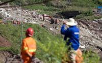 8月15日,救援人员在成昆铁路凉红至埃岱站间高位岩体崩塌现场救援。