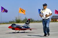 8月15日,航空表演队的选手准备操作航模起飞。