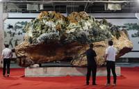 8月16日,在辽宁岫岩满族自治县雨桐玉文化艺术馆,人们欣赏巨型长城主题玉雕。