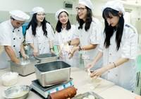 9月10日,江苏省苏州市金阊实验小学校的老师和苏州大学海外教育学院的留学生在一起做月饼,欢度教师节。