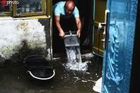 9月8日,居民在家中积极排水。