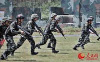 特战队员在快速奔向射击地线
