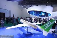 2019年9月18日,观众参观国产c919飞机。