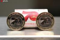 9月19日,中国建设银行云南省分行昆明祥云支行营业部,工作人员正在展示纪念币。