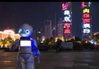 """【视频】南昌绿地双子塔点亮人民红 机器人""""民民""""向祖国表白"""