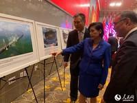 张平总领事陪同美国众议员赵美心、高野参观《中华人民共和国成立70周年主题图片展》。