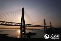 夕阳余晖下的洞庭湖特大桥。 钱惠敏摄