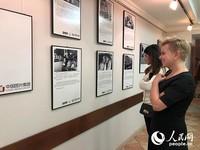 观众在参观图片展。记者殷新宇摄