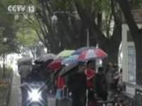 北京:冷空气来袭  降温降雨飘雪花