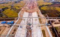 10月31日,安徽省合肥市庐江县柯坦镇境内的引江济淮工程庐江实试验段主体基本完工,河道雄姿初现。