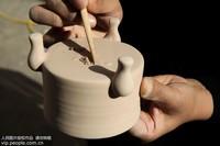 11月15日,汝瓷艺人高燕子在河南省平顶山市宝丰县一家汝瓷作坊修釉。