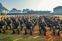 2019年11月15日,射击训练场上,新兵们作风严谨。