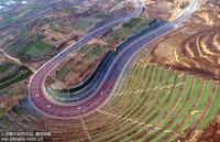 2019年12月27日,陕西省渭南市临渭区,小汽车在新修的渭桥公路飞快行驶。