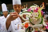 12月28日,参赛选手在食品雕刻大赛中精雕细琢。