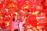 2019年12月30日,安徽省阜阳市的市民在本市古商城内选购红灯笼等喜庆饰品。