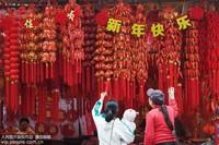 1月2日,市民在南宁市上海路的年货集市选购春节用的挂饰。