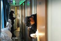 2020年1月13日,在湖北省襄阳市,夫妻沈雁兵和丁琼一起处理列车故障。