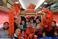 1月14日,外出务工人员和乘务员在上海南-贵阳K111次列车上合影共贺新年。